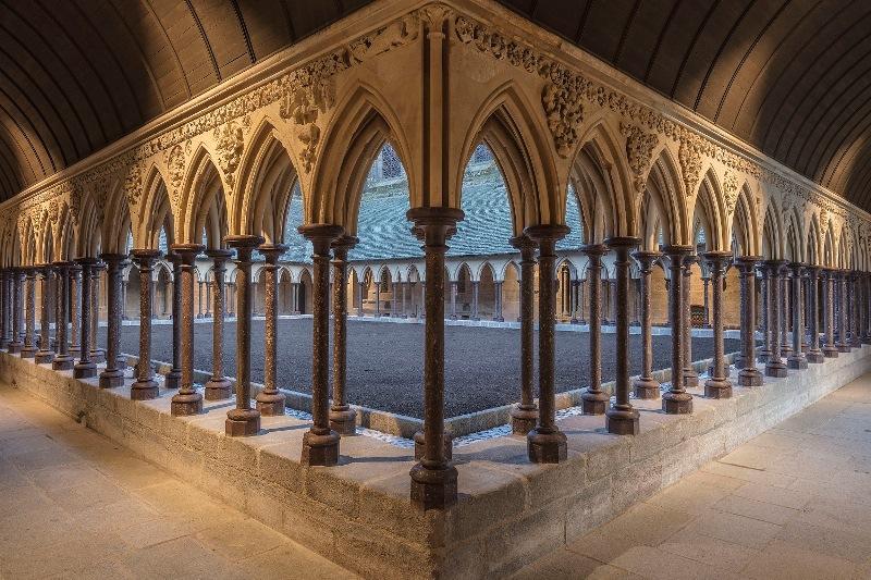 Abbaye-du-Mont-Saint-Michel–le-cloitre-restaure-vue-depuis-l-angle-nord-ouest-Vincent-M