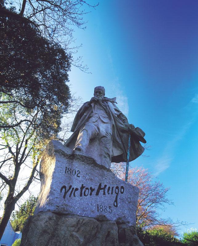 Manche-Iles-Express-Statue-de-Victor-Hugo-a-Guernesey